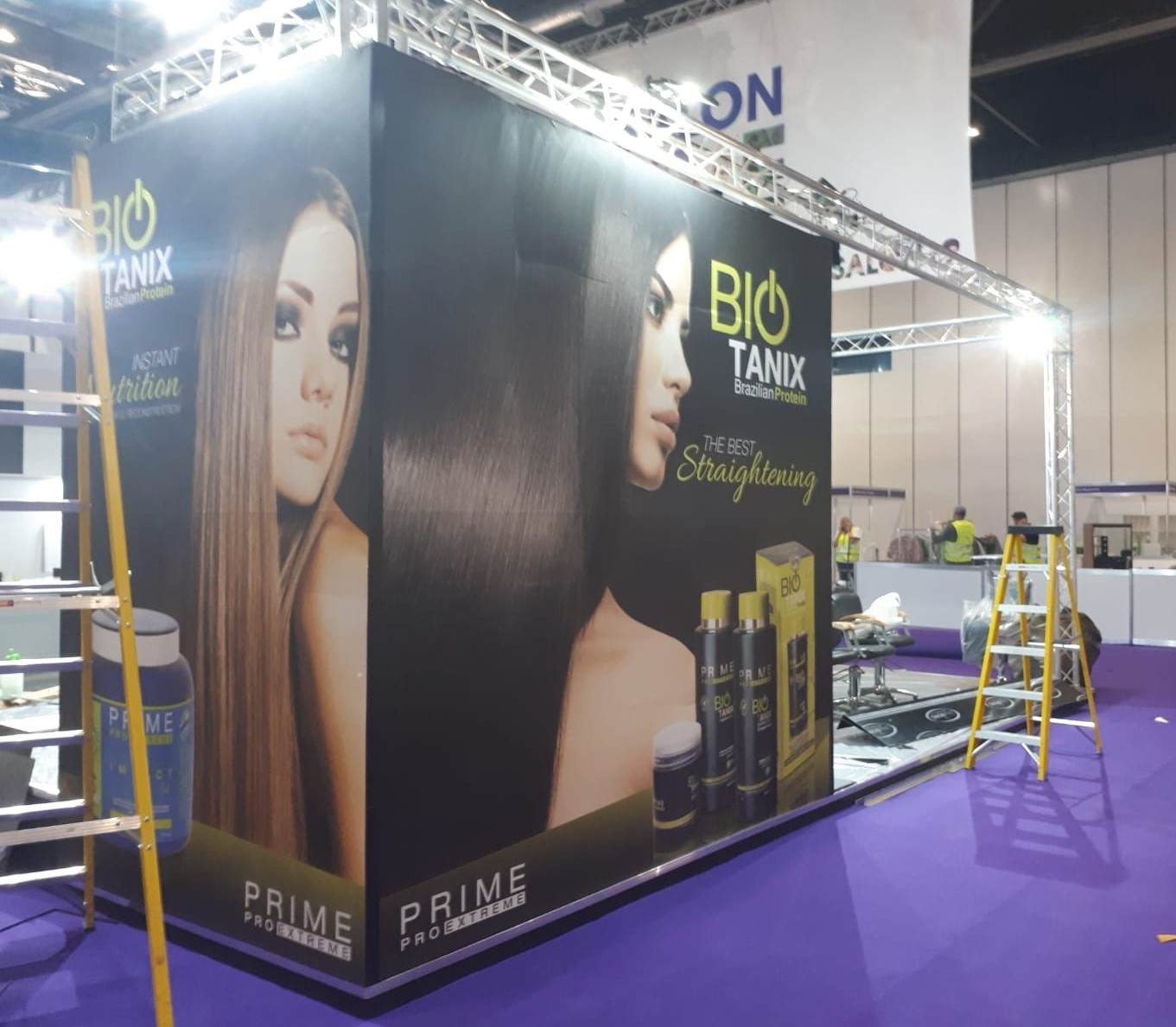 Trussing lights for exhibition stand